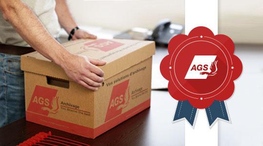 Homme fermant une boîte d'archives, certification qualité
